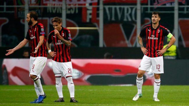 Kapter pesepakbola asal AC Milan, Alessio Romagnoli harus menerima ganjaran kartu mereh saat AC Milan bersua dengan Torini